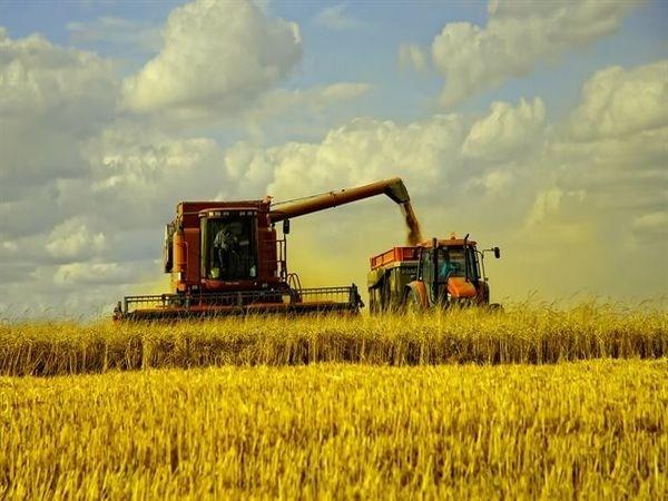 Fermierii şi-au scos mai devreme tehnica pe câmp
