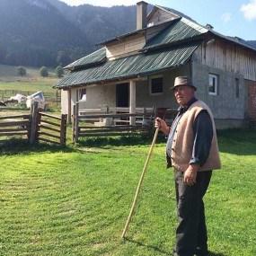 FOTO. Agrobiznes, în vizită la o stână agroturistică din munții Hășmaș, România